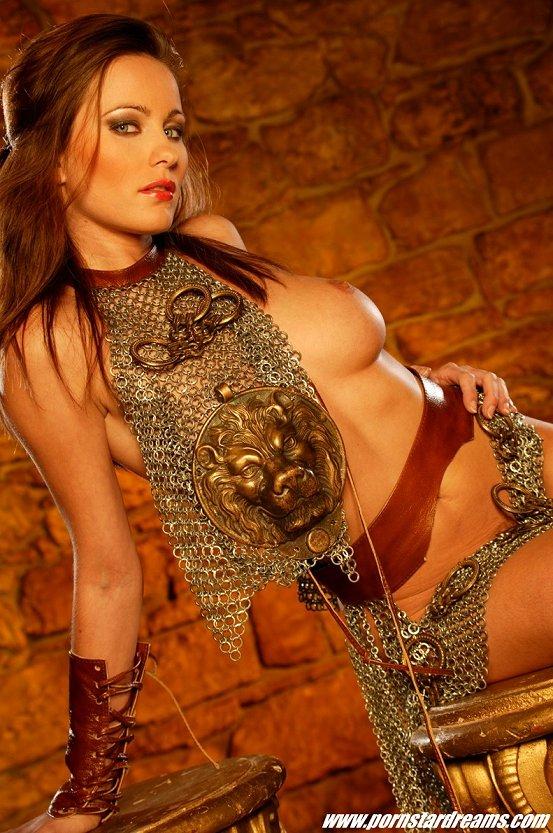 модель Кайла Коул показывает свои сиськи из ее косплей костюмом