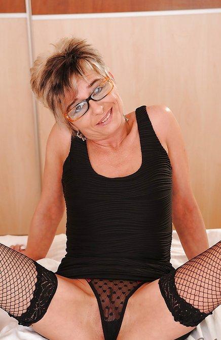 Домашняя мастурбация женщины в возрасте секс игрушкой