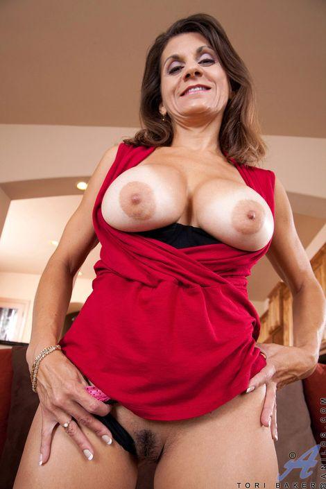 Грудастая зрелая леди отодвинула трусики и видно розовое влагалище крупно на порно фото
