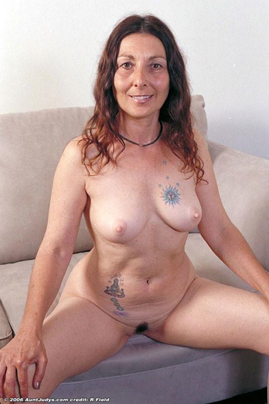 Зрелая Яна с татуировками на сиське и животе